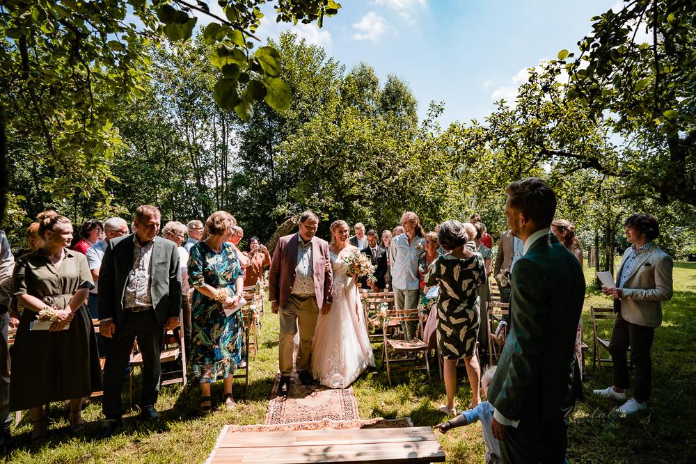Trouwen in een appelboomgaard in Benschop weggeven door vader